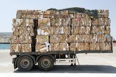 一辆卡车的看法有被回收的纸和纸板的在Kos,希腊风俗  免版税图库摄影