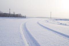 一辆卡车的踪影在一条积雪的路的 免版税图库摄影