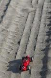一辆历史汽车的模型在沙子的 免版税库存图片
