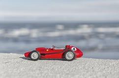 一辆历史汽车的模型在海的 免版税库存照片