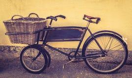 一辆古板的交付自行车 免版税库存照片