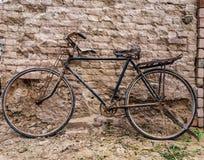 一辆古色古香的自行车 免版税库存图片