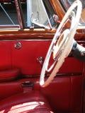 一辆古董车的内部看法 库存图片