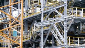 一辆坦克的脚手架设施与精炼厂石油化工厂处理结构在背景中 大 免版税库存照片