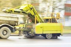 一辆大卡车,拉扯清洗的城市街道一个设备 在行动的照片 库存照片