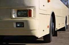 一辆大和长的黄色公共汽车的船身的照片 载客车辆的特写镜头正面图运输和touris的 库存图片