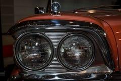 一辆大型汽车福特Galaxie Skyliner的前灯, 1959年 库存照片