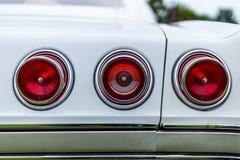 一辆大型汽车第四代的雪佛兰因帕拉的交通信号灯 库存照片