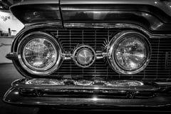 一辆大型汽车Oldsmobile超级88的前灯日1959年 免版税库存照片