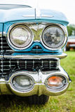 一辆大型豪华汽车卡迪拉克小轿车DeVille的前灯, 1959年 免版税库存照片