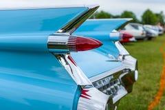一辆大型豪华汽车卡迪拉克小轿车DeVille, 1959的后方交通信号灯在前景的焦点 免版税库存照片