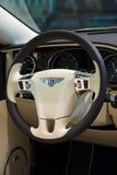 一辆大型豪华汽车本特利新的大陆GT V-8敞篷车的内部 免版税库存图片