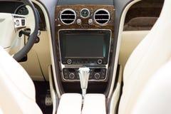一辆大型豪华汽车本特利新的大陆GT V-8敞篷车的内部 免版税库存照片