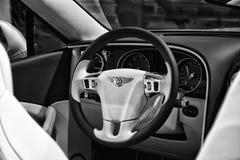 一辆大型豪华汽车本特利新的大陆GT V-8敞篷车的内部 库存照片