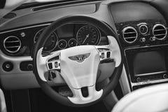 一辆大型豪华汽车本特利新的大陆GT V-8敞篷车的内部 图库摄影