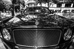 一辆大型豪华汽车本特利Mulsanne的片段 免版税库存照片