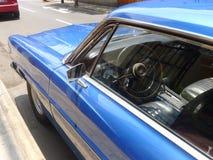 一辆大大小蓝色颜色福特XL小轿车的里面看法 免版税图库摄影