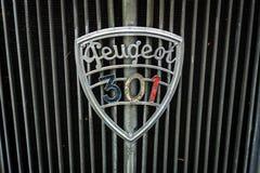 一辆大家庭汽车标致汽车301C的象征, 1933年 免版税库存图片