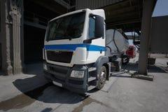 一辆大燃料罐车 在柏油路的白色卡车 运输题材 路汽车题材 库存图片