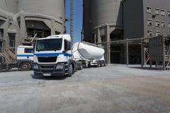 一辆大燃料罐车 在柏油路的白色卡车 运输题材 路汽车题材 免版税图库摄影
