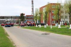 一辆大红火救护车、卡车熄灭火的和男性消防队员准备运转在化学制品,石油 库存图片