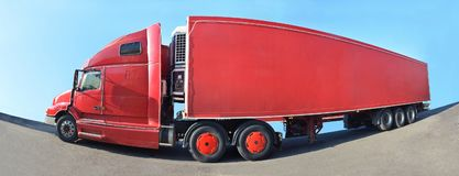 一辆大红色卡车在沥青站立 库存照片