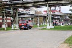 一辆大红色消防救护车,一辆灭火的卡车,在化学制品,油 免版税图库摄影