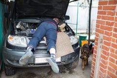 一辆大SUV汽车的修理在一个私有车库的 库存图片