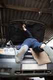 一辆大SUV汽车的修理在一个私有车库的 免版税库存照片