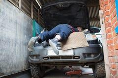 一辆大SUV汽车的修理在一个私有车库的 图库摄影
