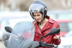 一辆失败的摩托车的恼怒的骑自行车的人 免版税库存照片