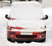 一辆奇怪的汽车的前面车灯在冬天 降雪 免版税库存图片