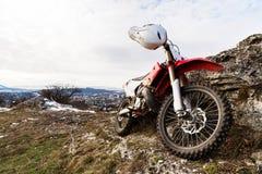 一辆孤立自行车, Eneduro摩托车在岩石旁边站立反对市的背景的Pyatigorsk 免版税库存图片