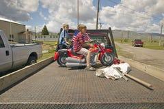 一辆小摩托车的两个男孩,在利马蒙大拿 库存照片