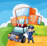 一辆巡逻车和警察在学校附近 免版税库存照片