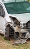 一辆损坏的白色汽车 免版税库存图片
