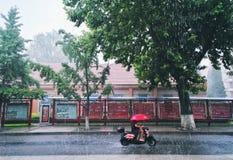 一辆摩托车在大雨中 免版税库存图片