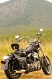 一辆摩托车游览在内地澳大利亚的一个旅行暑假 免版税库存照片