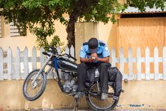 一辆摩托车的一位警察在城市街道,圣多明哥,多米尼加共和国上 复制文本的空间 免版税库存照片