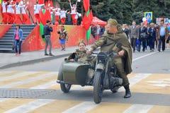一辆摩托车的战士有边车的 胜利游行,俄罗斯 库存图片