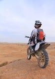 一辆摩托车的竟赛者在沙漠 库存照片