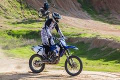 一辆摩托车的竟赛者在沙漠 免版税库存图片
