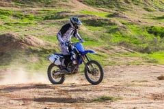 一辆摩托车的竟赛者在沙漠 库存图片