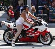 一辆摩托车的骑自行车的人女孩在东哈莱姆在纽约 库存照片
