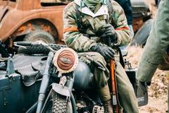 一辆摩托车的Wehrmacht战士有步枪的 免版税库存照片