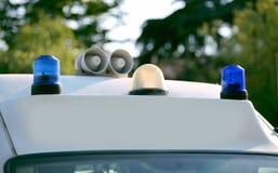 一辆救护车的蓝色光在紧急状态期间的 免版税库存照片