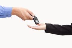 给一辆新的关键汽车的商人女商人 库存照片