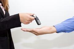给一辆新的关键汽车的女商人商人 库存照片