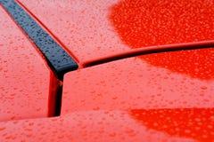 一辆新的小汽车的特写镜头,显示它明亮的橙色油漆工作 库存图片