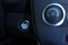 一辆新的汽车的电源开关有皮革衬里的 免版税图库摄影